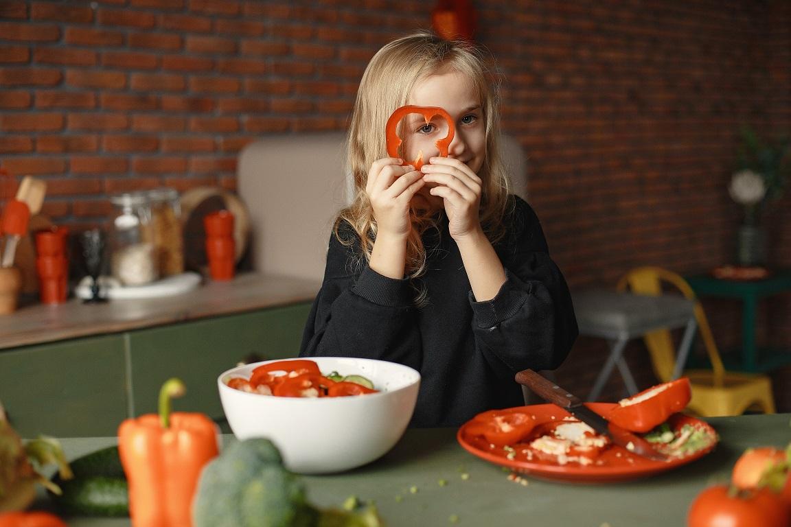 Дете помага в кухнята